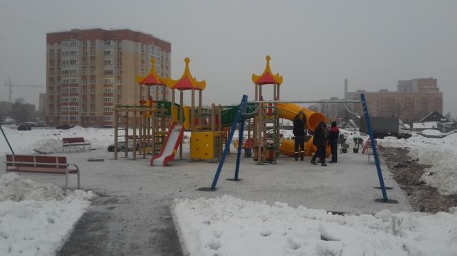 Установка детского комплекса в парке Юности. © Фото Алексея Лихацкого