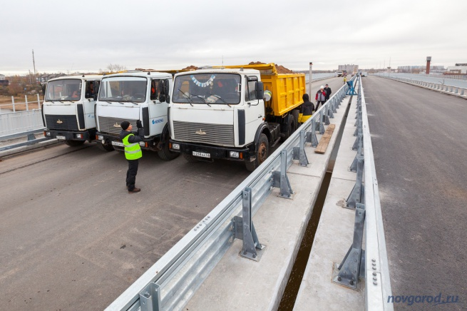 Статические испытания Деревяницкого моста перед вводом в эксплуатацию. Самосвалы поставлены в середине пролетного строения.