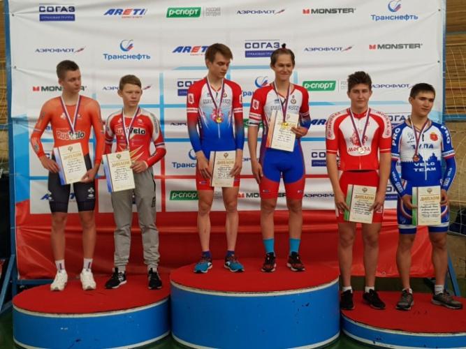 В центре обладатели золотых медалей Иван Гладышев и Вениамин Спирин. © Фото с сайта sportnov.ru