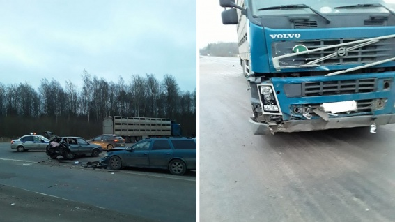 Под Великим Новгородом на перекрёстке столкнулись фура и два автомобиля