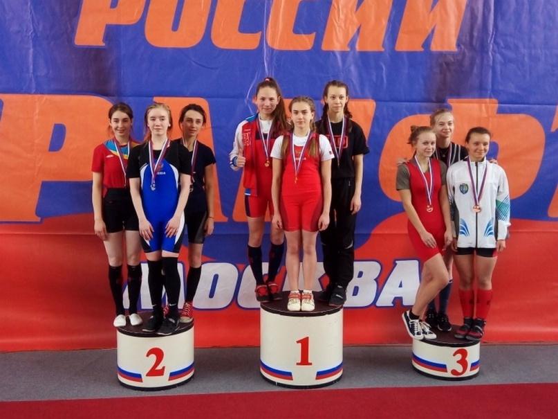 Полина Павлова (в самом центре). © Федерация пауэрлифтинга Новгородской области