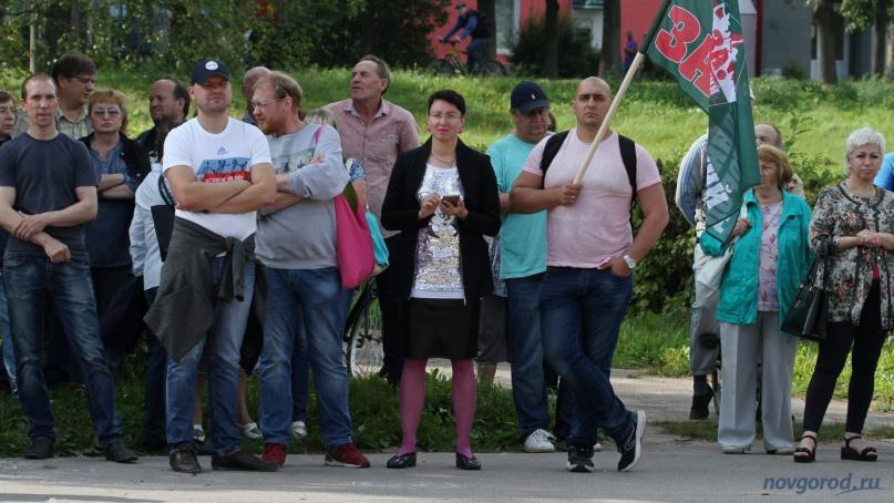 Владимир Львовский (в сером свитере) и Елена Михайлова на митинге против пенсионной реформы.