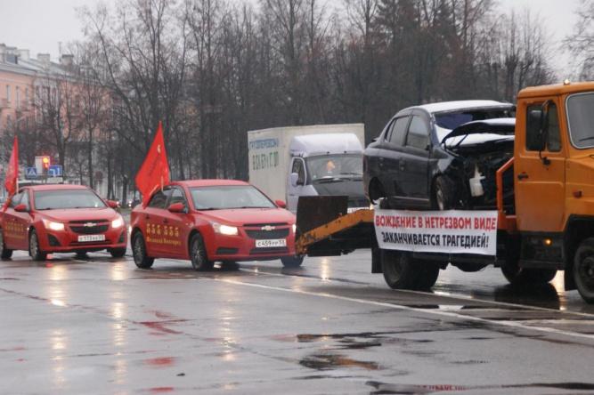 По Великому Новгороду проедут эвакуаторы с разбитыми в ДТП автомобилями, чтобы привлечь внимание к проблемам дорожной безопасности. Фото с сайта adm.nov.ru ©