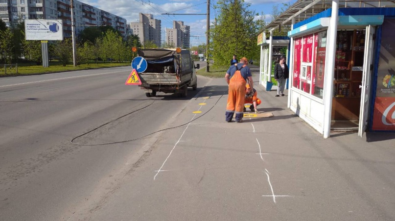 Нанесение разметки на автобусных остановках. © adm.nov.ru