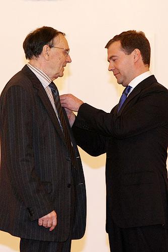 Президент России Д. А. Медведев вручает А. А. Зализняку знак лауреата Государственной премии (12 июня 2008). © kremlin.ru