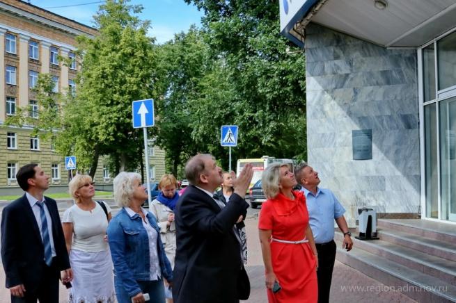 Чиновники инспектируют благоустройство центральных улиц города. © Фото Александра Кочевника с сайта правительства Новгородской области