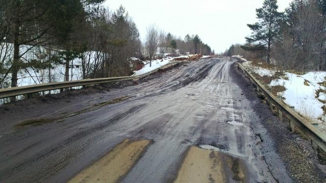Восстановленный участок дороги 49К-13 Спасская Полисть — Любытино —  Боровичи в районе деревни Погорелка. 1 апреля 2018 года.