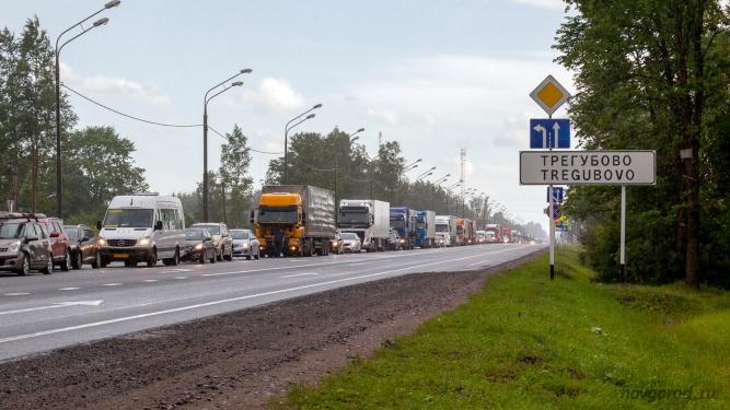В августе из-за ремонта путепровода на трассе были многокилометровые пробки. © Фото из архива интернет-портала «Новгород.ру»