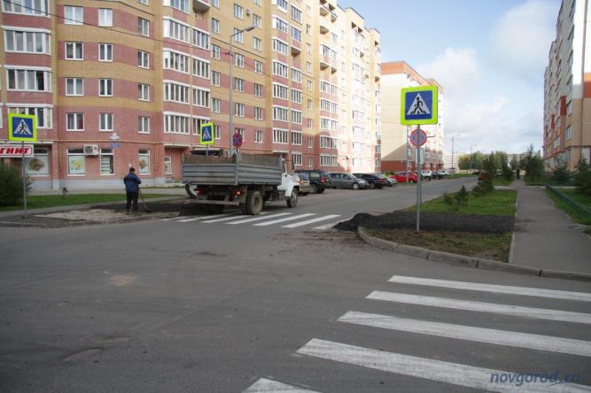 Сейчас рядом с «зеброй» делают пешеходные дорожки.