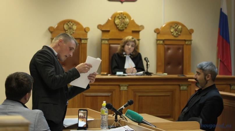 Юрий Картыжев сравнивает подписи президента на разных законодательных актах.