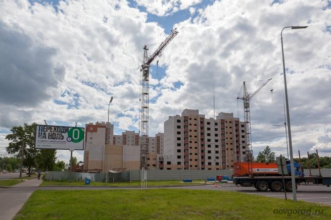 """Строительство дома на улице Большой Санкт-Петербургской ведет компания """"Су-5""""."""