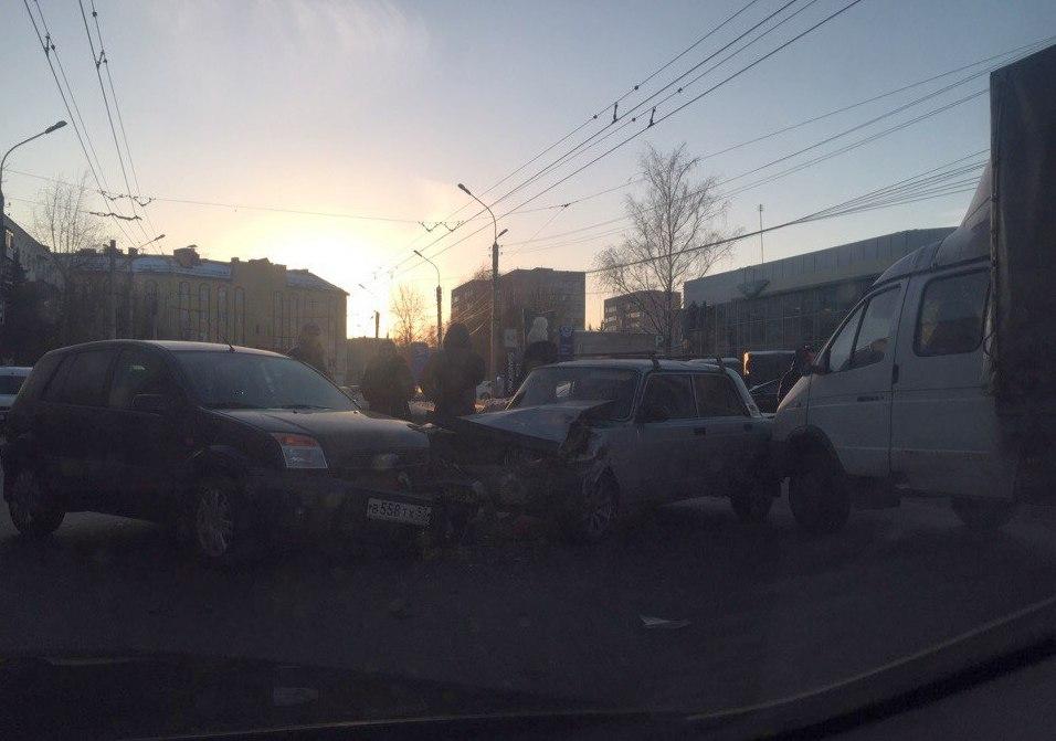 На ул. Германа столкнулись три автомобиля, движение затруднено: https://news.novgorod.ru/news/153322/