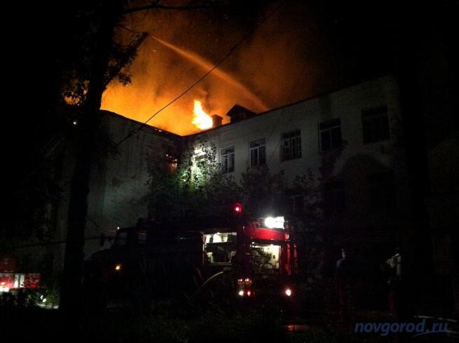 Здание бывшего военного госпиталя во время одного из пожаров.