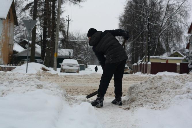 Подходы к пешеходным зонам в посёлке Любытино расчищают волонтёры.