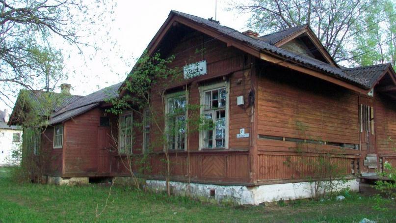 Бывшее здание железнодорожного вокзала в Крестцах. © ojkumena, wikimapia.org