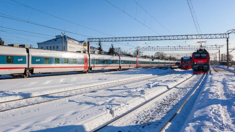Поезд «Стриж» и электровоз ЭП20-006 на станции Новгород-на-Волхове.
