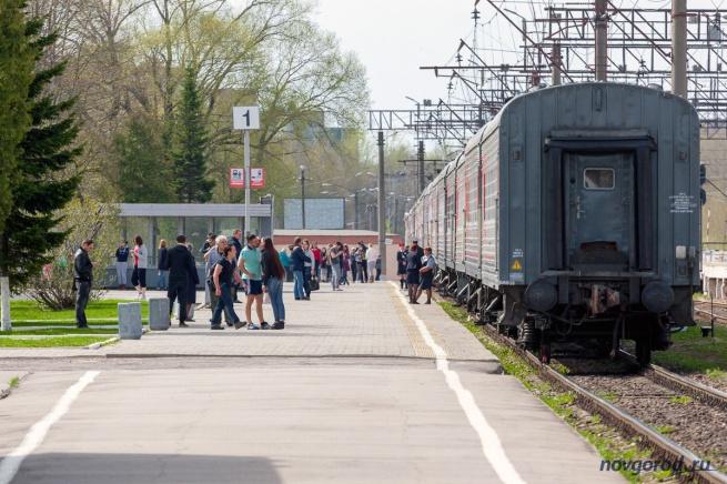 Дополнительный поезд Москва - Санкт-Петербург на вокзале Великого Новгорода. 1 мая 2015 года.