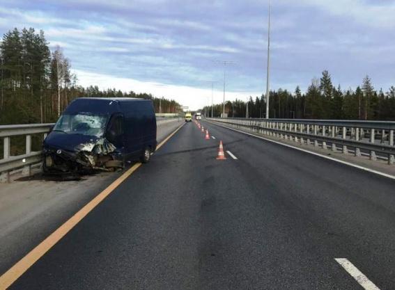 На М11 в Маловишерском районе автомобиль врезался в отбойник