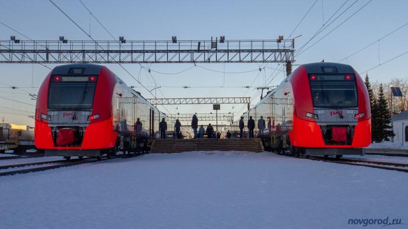 «Ласточки-Премум» ЭС1П-002 и ЭС1П-003 на вокзале Великого Новгорода.