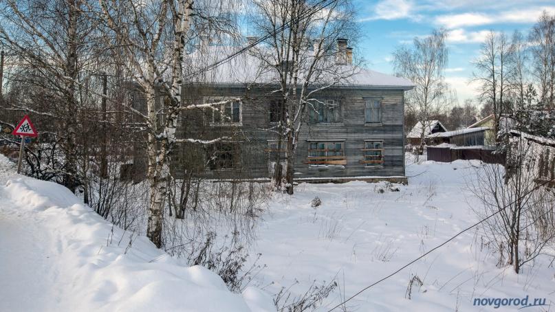 Теперь уже официально аварийный дом в Лычково. © Фото из архива интернет-портала «Новгород.ру»