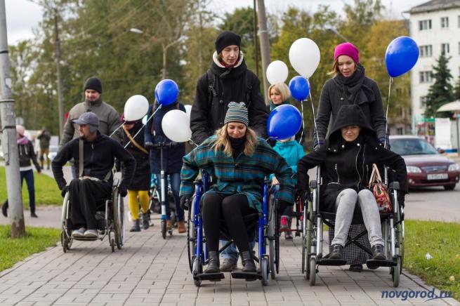 Участники движения «Новый город» Анна Соколова и Кирилл Кузьмичёв в роли ассистентов людей в инвалидных колясках на прогулке «Доступный город». © Фото Александра Басуна