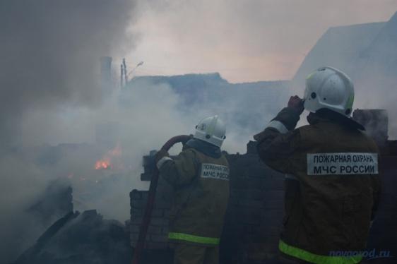 Новгородцы собирают средства многодетной семье, дом которой сгорел из-за удара молнии