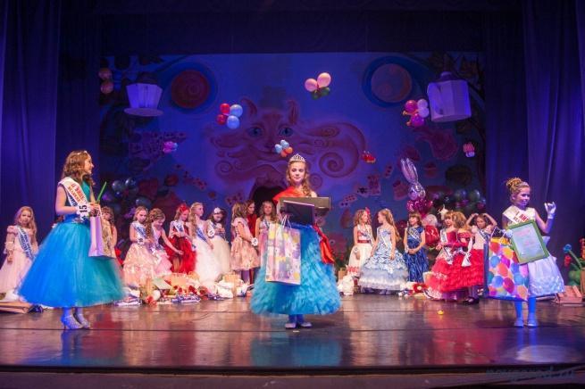 «Мини-Мисс Великий Новгород 2014»: девочки, занявшие 1, 2, и 3 места.