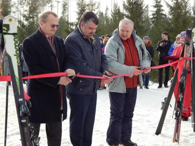 Тимофей Гусев (в центре) на открытии горнолыжного курорта Любогорье. © Фото пресс-центра правительства Новгородской области