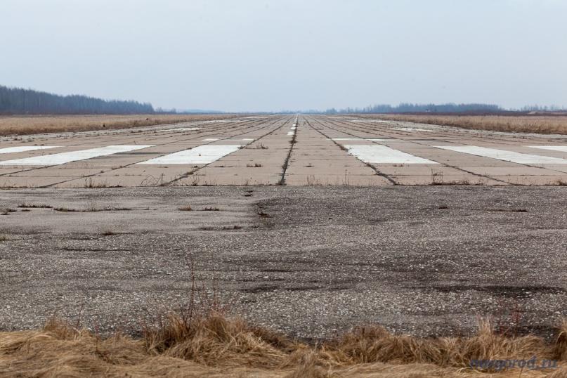 Взлётная полоса на аэродроме в Кречевицах. Март 2014 года.