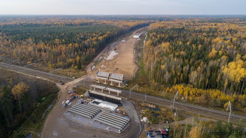 Один из самых отстающих участков — пересечение с железной дорогой Гатчина — Мга в Ленинградской области.