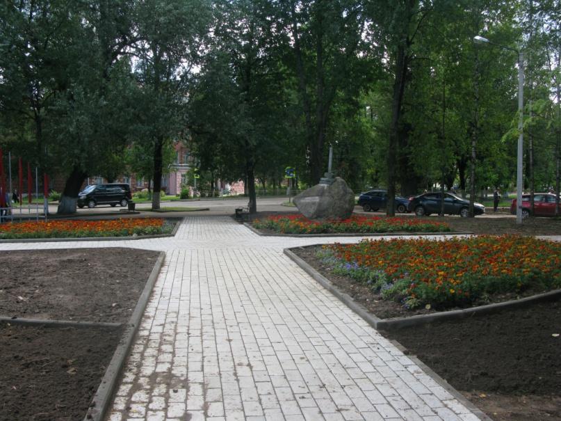 Территория у памятного знака жертвам политических репрессий.