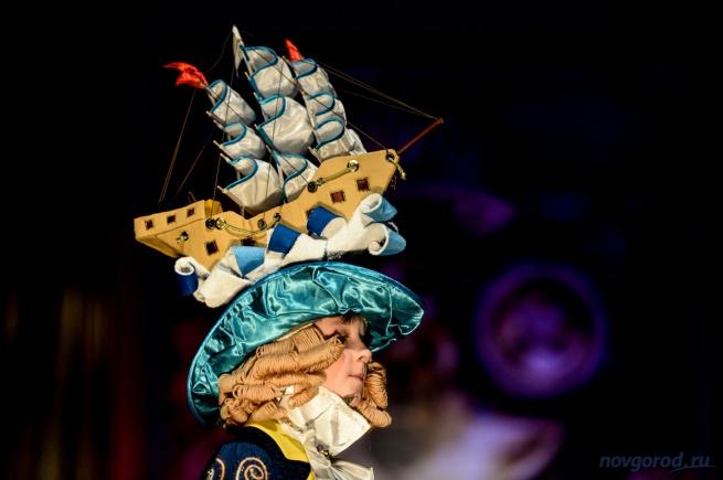 Обладатель гран-при фестиваля 2015 года Ярослав Тухашвили в костюме «Покоритель морей». © Фото из архива интернет-портала «Новгород.ру»