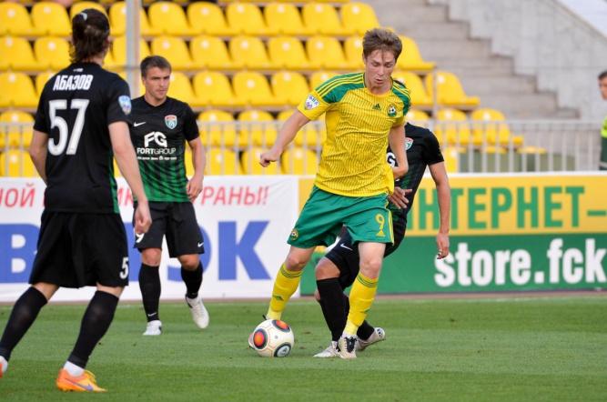 Бывший игрок «Тосно» Владимир Ильин (в жёлтой форме). © Фото пресс-службы ФК «Кубань»