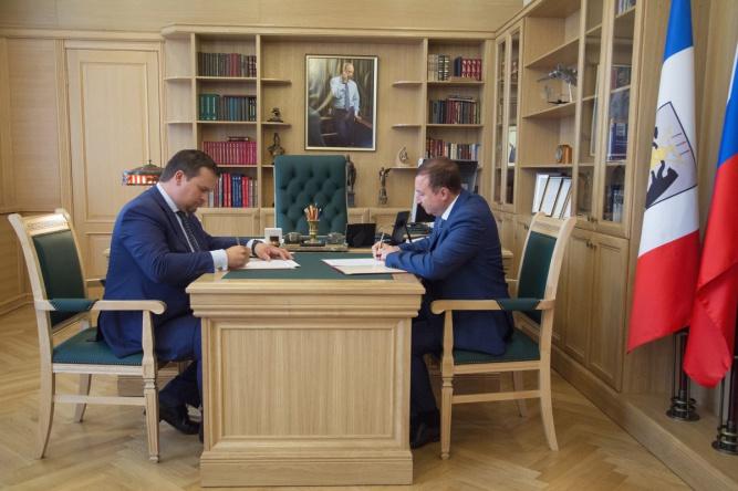 Соглашение подписали губернатор Новгородской области Андрей Никитин и председатель Северо-Западного банка ПАО Сбербанк Виктор Вентимилла Алонсо.
