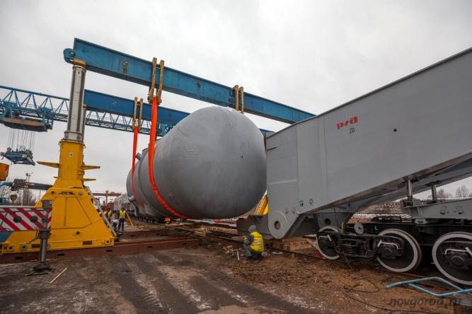 Перегрузка корпуса ядерного реактор ВВЭР-1200 на железнодорожный транспортер в Великом Новгороде.