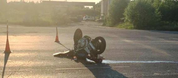В Любытинском районе мотоциклист без прав на управление съехал в кювет и сломал позвоночник