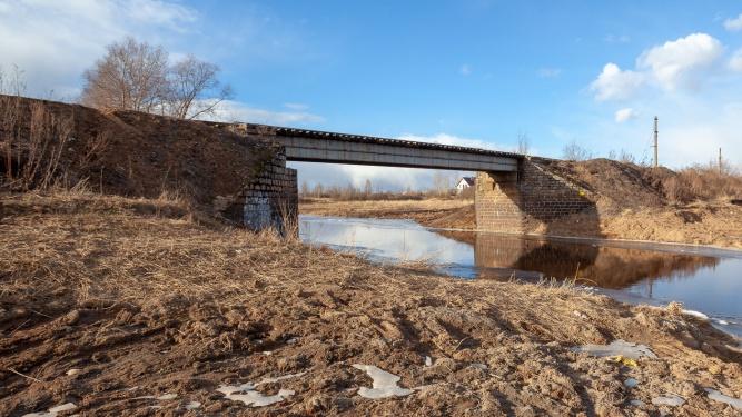 Устои мостов — всё, что осталось от железной дороги Новгород — Шимск — Старая Русса.