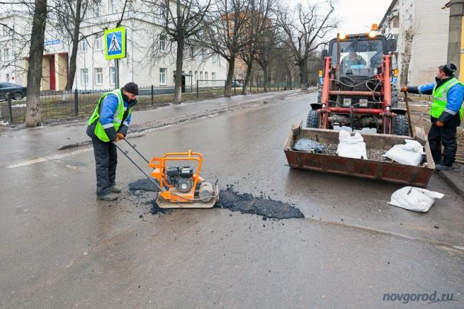 Установка «пломбы» из холодного асфальта. Перекресток улиц Десятинная и Прусская.