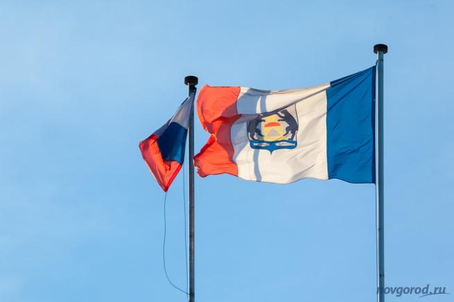 Флаги на здании правительства Новгородской области.