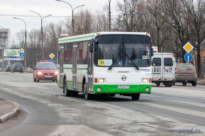 Автобус 35 маршрута на ул. Нехинской.