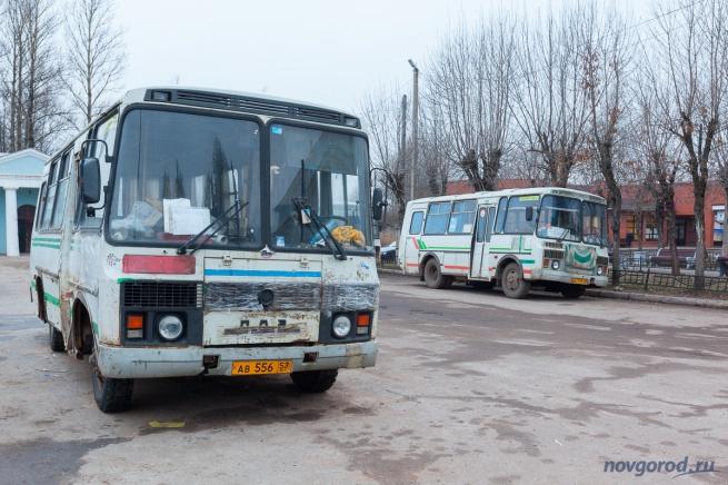 © Автобусы на автостанции в Старой Руссе.