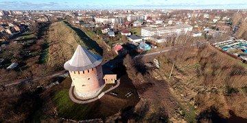 Алексеевская башня (второе название Белая) — единственная сохранившаяся до наших дней каменная башня новгородского Окольного города. Построена в XVI веке для обороны города с юга.