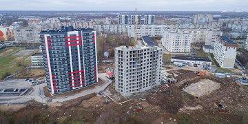 Со слов застройщика, жилой комплекс «Алые паруса» — новая эпоха в жилищном строительстве Великого Новгорода. По данным проектной декларации в доме расположено 232 квартиры со средней площадью 35 м². Большая часть квартир — студии, двухкомнатных квартир всего 32, трехкомнатных квартир нет.