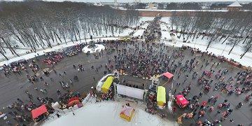 Общегородские праздничные мероприятия прошли на Софийской площади и в кремлёвском парке. Новгородцы приняли участие в интерактивных программах, народных играх, катании на лошадях. По традиции на Софийской набережной сожгли масленичное чучело.