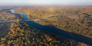 Мост через Мсту на платной автомагистрали М11. Деревни Дубки и Горки на левом берегу реки. В них можно попасть только по воде. Деревни Лопотень и Нижние Тиккулы на правом берегу.